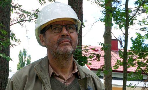 Isän omin käsin rakentaman lapsuuden kodin purkutyöt ottavat Juha-Pekkaa koville.