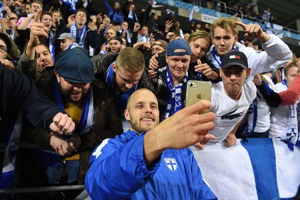 Teemu Pukki nautiskeli selfieitä fanien kanssa.