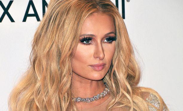 Paris Hilton sanoo ottavansa selfieitä kaikilla mahdollisilla vempaimilla.