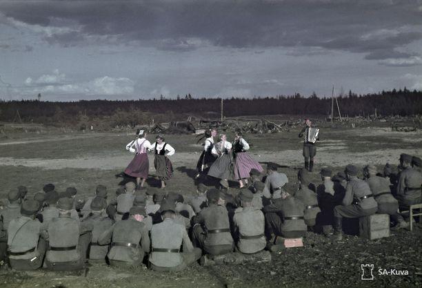 Haitarilla ja jalalla komeasti! Sortavalan seminaarin viihdytyskiertue kävi esiintymässä Syvärillä voimalaitoksenlohkolla toukokuussa 1943. Jalkaväkirykmentti 2:n johtamispaikka oli Syvärin etelärannalla kilometrin verran voimalaitospadolta koilliseen jatkosodan asemasotavuosina.