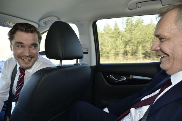 Dimitri Qvintus ja Antti Rinne nauravat autossa matkalla Vaasaan. Vaalikamppailun kiihkeässä loppurutistuksessa auto on ennakkosuosikille intiimi paikka, jossa on hetki aikaa rentoutua ennen kuin on aika taas kätellä äänestäjiä. Iltalehti matkusti Rinteen seurassa vaalien tärkeimpänä yksittäisenä kampanjointipäivänä. LAURI NURMI