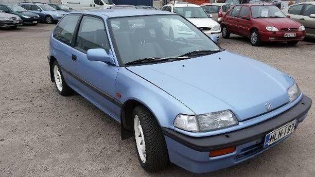 Vuosimallin 1988 Honda Civicin mittarissa on vain 114 900 km ja katsastusleima voimassa syyskuun loppuun. Jos huoltohistoria on kunnossa, tällä autolla todennäköisesti pärjää pitkälle syksyyn. Aviapoliksen Autokeskus Vantaalla pyytää siitä 1200 euroa.