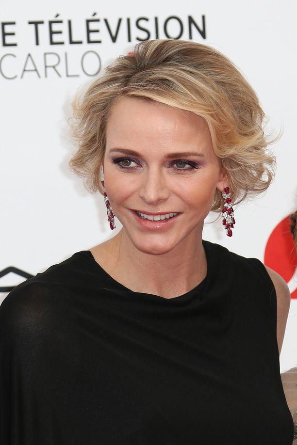 Kesäkuussa Charlene edusti tv-festivaaleilla kiharakampauksessa.