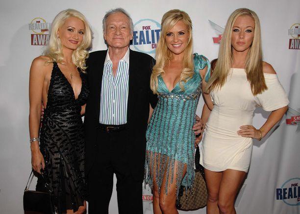 Holly Madison (vas.) julkaisi paljastuskirjan elämästään Hugh Hefnerin sekä tämän toisten tyttöystävien Bridget Marquardt ja Kendra Wilkinsonin kanssa.