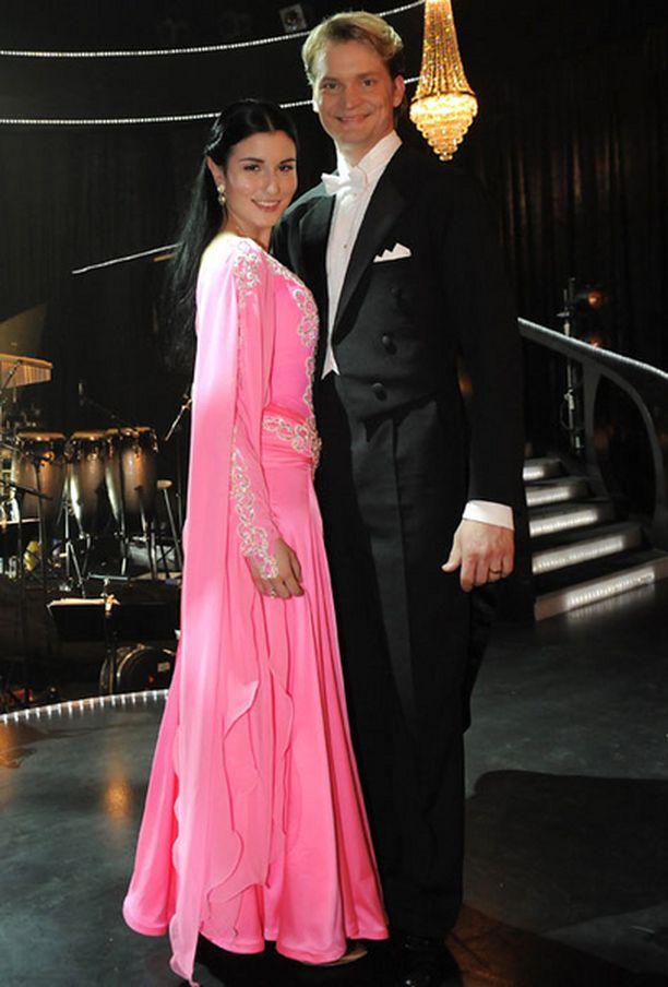 Maria Lundin linnanneitomainen pinkki valssiasu valittiin toiseksi kauneimmaksi.