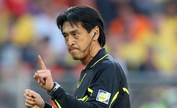 Yuichi Nishimura viheltää MM-kisojen avauskamppailun.