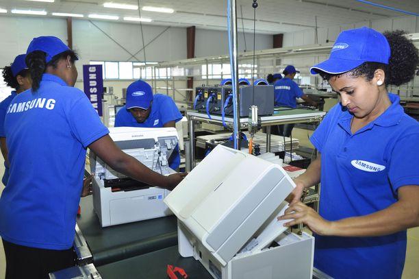 Samsung Electronicsin työntekijöitä tehtaassa Etiopian Bahir Darissa.