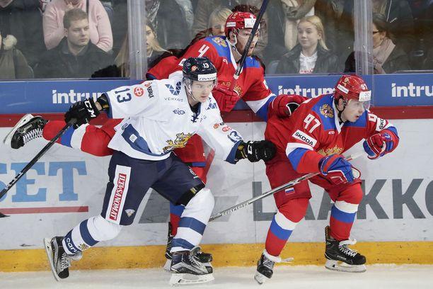 Suomen Julius Junttila kamppaili marraskuun alun Karjala-turnauksessa Venäjän KHL-pelaajien Vladislav Gavrikovin ja Nikita Gusevin kanssa.