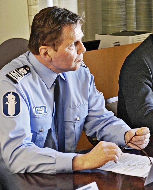 Poliisipäällikkö Lasse Aapio on hyllytettynä ainakin syytteensä käräjäkäsittelyyn saakka.