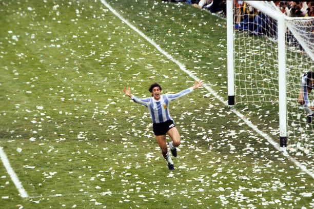Argentiinan Mario Kempes juhli maaliaan MM-finaalissa Buenos Airesin illassa kesällä 1978.