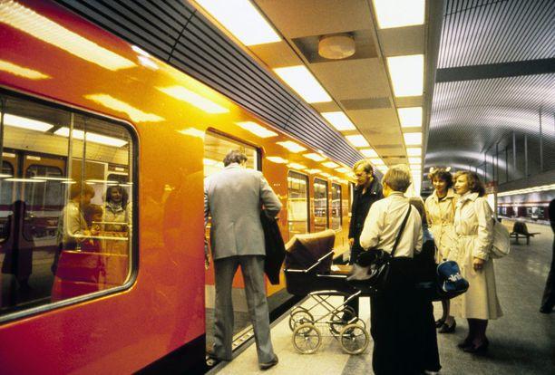 Matkustajia nousemassa metrovaunuun Hakaniemen metroasemalla. Kuva on 1980-luvulta, tarkkaa vuotta ei ole tiedossa.