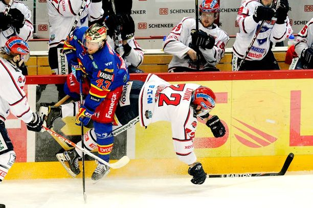 HIFK:n Siim Liivik jäi toiseksi taistelussa Jokerien Nichlas Hardtia vastaan.