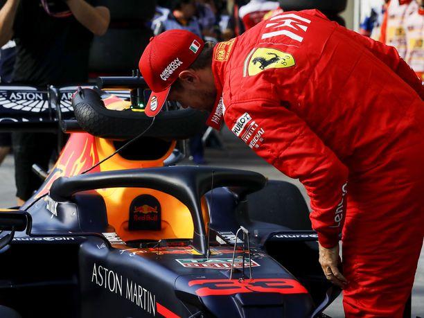Sebastian Vettel tutki Brasilian GP:n aika-ajon jälkeen tarkasti Red Bullin RB15-autoa.