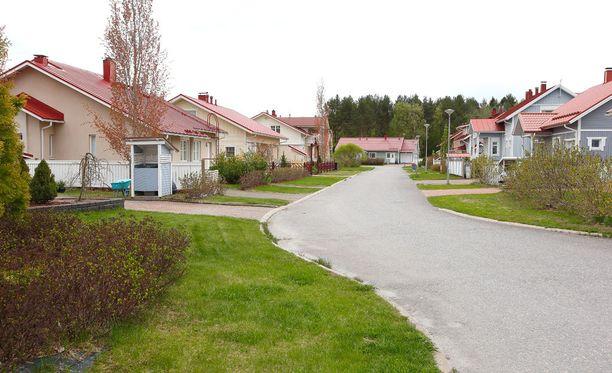Sekä vanhojen että uusien omakotitalojen hinnat nousivat koko maassa. Nämä talot löytyvät Joensuun Vehkalahdesta.