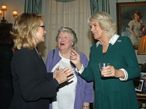 Kuvassa näyttelijä Felicity Kendall, Patricia Routledge ja herttuatar Camilla.