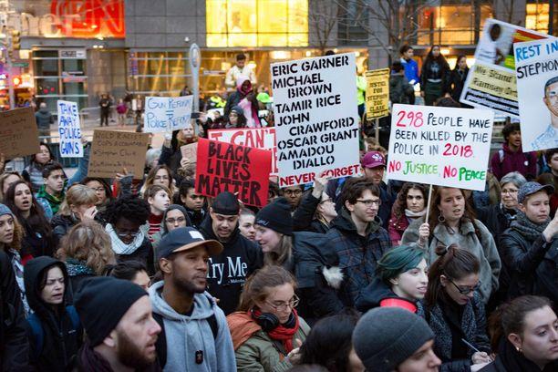 Myös New Yorkissa osoitettiin mieltä poliisin ampumien uhrien puolesta.