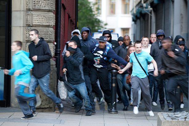 Jengit, mielenosoittajat ja ryöstäjät kylvävät tuhoa kaupunkien kaduilla. The Telegraphin haastattelemien silminnäkijöiden mukaan osa huligaaneista on vasta 9-11-vuotiaita lapsia. Jengien epäillään värvänneen heitä muun muassa vartioon varoittamaan poliisien lähestymisestä.