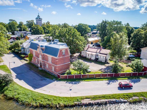 Tammisaaren keskustassa sijaitseva punatiilinen Gamla bastun rakennettiin vuonna 1903 yleiseksi saunaksi.
