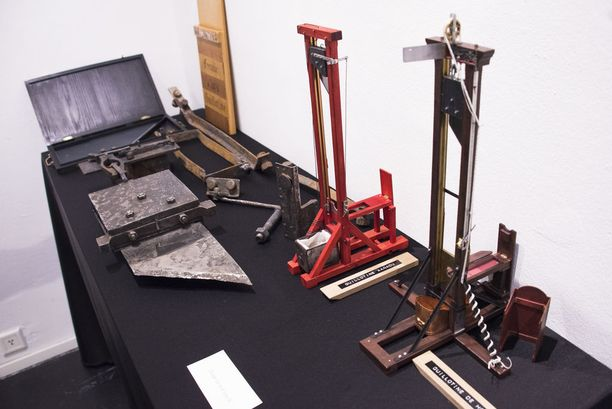 Erika Eiffeliä kiehtoo giljotiineissa muun muassa niiden terän potentiaalienergia. Kuva Creat Spacen tiloissa sijaitsevasta näyttelystä Helsingin Punavuoressa.