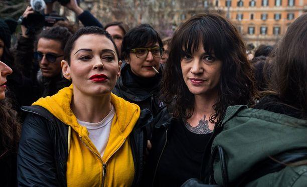 Rose McGowan ja Asia Argento esiintyivät yhdessä maaliskuussa Roomassa osana Naisten päivän mielenilmausta.