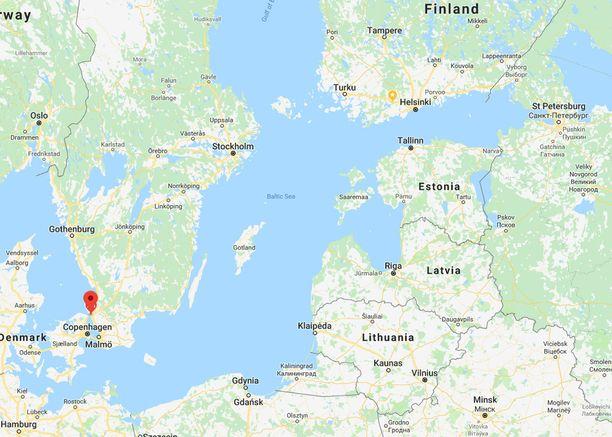 Kuvassa nuolen kohdalla on Helsingborgin kaupunki. Oikeassa yläkulmassa taas näkyy Helsinki.