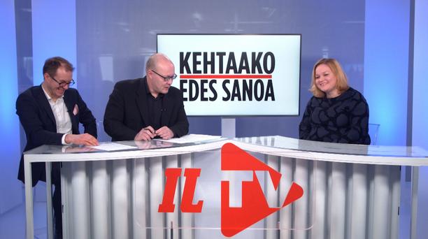 Iltalehden Kehtaako edes sanoa -ohjelmassa vieraana on kansanedustaja Krista Kiuru. Vasemmalla politiikan toimittaja Lauri Nurmi, keskellä politiikan toimituksen esimies Juha Ristamäki.