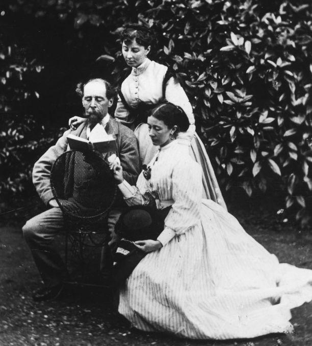 Kuvassa Charles Dickens vaimonsa Catherinen ja tämän Mary-siskon kanssa.