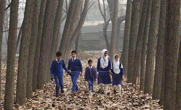 Intialaislapsia koulupuvuissa Kashmirissa. Kuvituskuva.