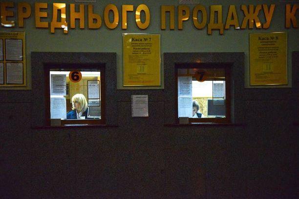 Donetskin rautatieaseman lipunmyyntihalli on käytännössä autio.