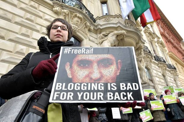 Raif Badawi on mielipidevanki, jonka puolesta on osoitettu mieltä ympäri maailmaa. Tässä protesti Itävallan Wienissä.