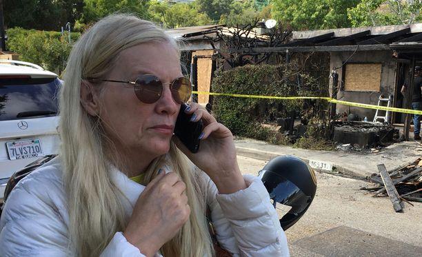 Gunilla Persson suree tuhoutunutta kotiaan.