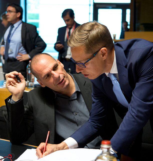 Alexander Stubb keskusteli Kreikan valtiovarainminsterin Gianis Varoufakisin kanssa kokoukse alla Luxemburgissa perjantaina.