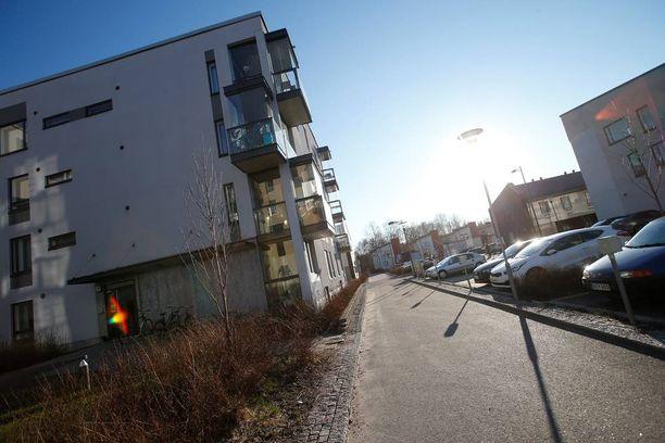 Mies kuristi 12-vuotiasta tyttöä Gertrudinpolun ja Piilipuuntien risteyksessä Espoossa.