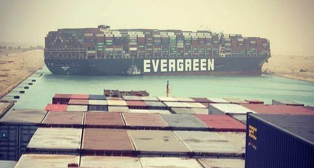 Evergreen-varustamon omistama, 400 metriä pitkä Ever Given tukkii Suezin kanavan liikenteen täysin.