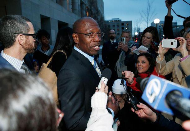 Clarence Moses-EL puhui toimittajille vapauttamisensa jälkeen.