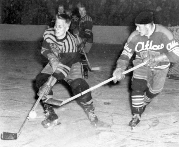 Juuso Wahlsten (vas.) Ilveksen paidassa kaudella 1960-61. Kymmenen vuotta myöhemmin hän päätti peliuransa samassa seurassa.
