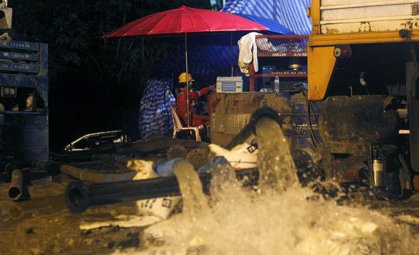 Kuvassa näkyy, millaisella paineella vesipumput poistivat vettä luolasta. Kuva heinäkuun alusta.