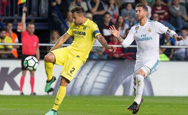 Mario Gaspar ja Sergio Ramos (oik.) kamppailivat lauantai-iltana Estadio de la Ceramicalla.