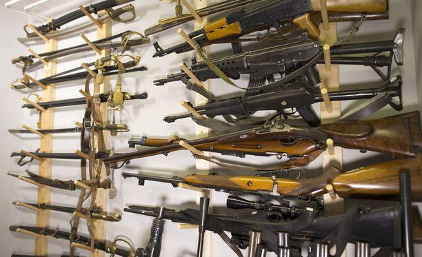 Ampuma-aselain muutos astuu voimaan vuoden lopulla. Poliisin uusi asetietojärjestelmä ei ehdikään valmiiksi siihen mennessä. Kuvituskuva.