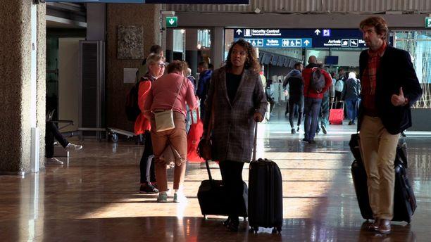 Iso määrä matkustajia käännytettiin maanantaiaamuna Helsinki-Vantaan lähtöportilta pois, kun Thomas Cook -yhtiön konkurssi selvisi.