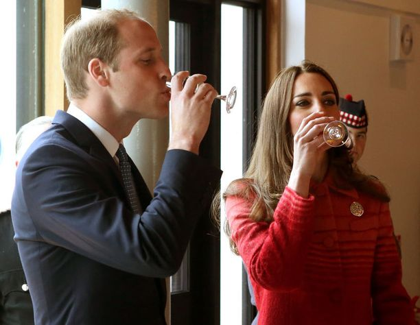 William ja Catherine maistelivat viskejä Skotlannissa.