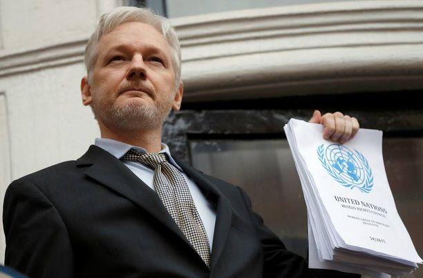 Australialainen Julian Assange ei uskalla lähteä Ecuadorin suurlähetystöstä.
