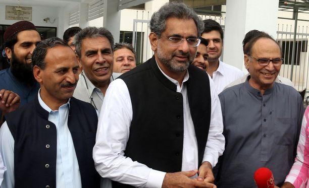 Shahid Khaqan Abbasi (kesk.) valittiin Pakistanin uudeksi pääministeriksi.