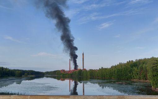 Kuvat ja video: Suuri rakennuspalo Valkeakoskella – Vanha tehdas tulessa