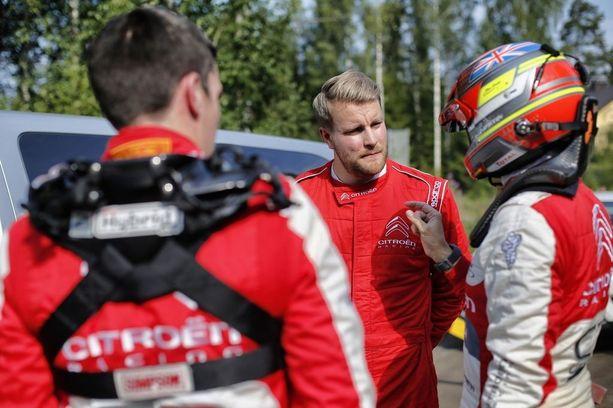 Craig Breen (vasemmalla) ja kartanlukija Scott Martin antoivat Iltalehden toimittajalle viime hetken selviytymisvinkit ennen Vesalan testierikoiskoetta.