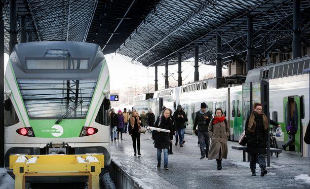 Talouspoliittinen ministerivaliokunta on päättänyt rautateiden henkilöliikenteen avaamisesta kilpailulle vaiheittain. Uudistus alkaa taajamajunaliikenteestä Etelä-Suomessa.