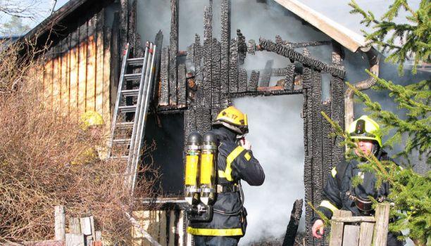 Palopaikalle saapui runsaasti sammutusyksiköitä lähialueelta.