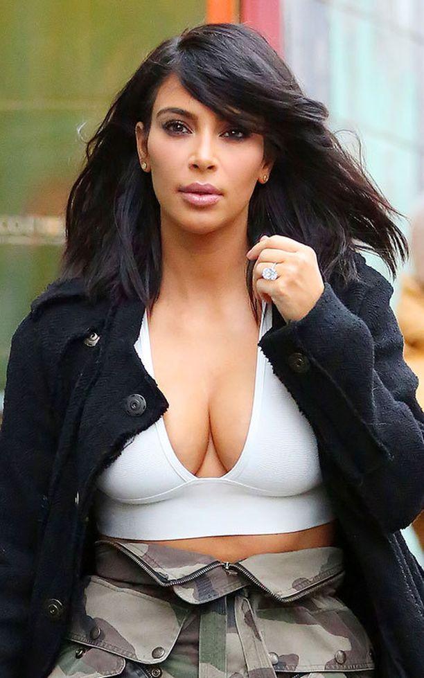 Kim haluaa enemmän huomiota rinnoilleen. Hänet onkin bongattu varsin paljastavissa yläosissa viime aikoina.