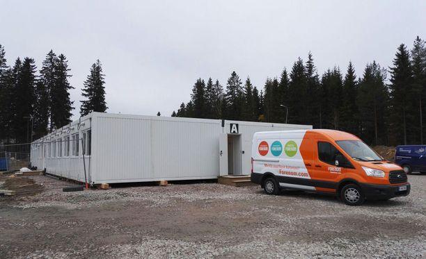 Hostellin toimittamiseksi paikan päälle tarvittiin 40 rekkaa. Tällä hetkellä 120 moduulista paikallaan on puolet.