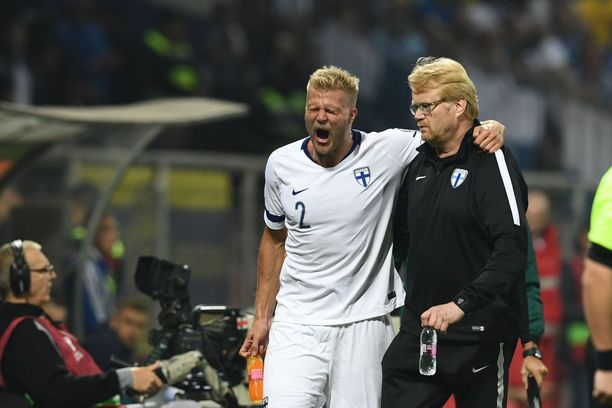 Paulus Arajuuren peli päättyi puolen tunnin kohdalla. Häntä auttoi lääkäri Heikki Kinnunen.